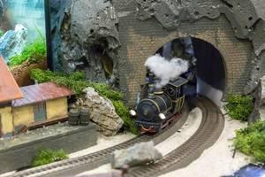 Zug kommt aus dem Tunnel. Modellbahn