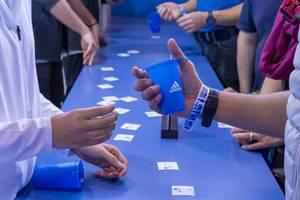 Zusammendrückbarer blauer Trinkbecher von adidas