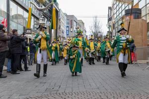 Zuschauer fotografieren die EhrenGarde - Kölner Karneval 2018