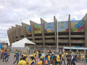 Zuschauer-Schlange vor dem Maracanã-Stadion - Fußball-WM 2014, Brasilien