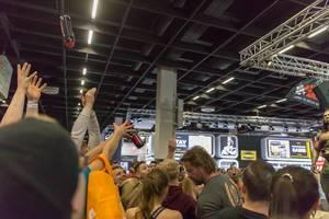 Zuschauer schnappen sich von Kevin Osazee zugeworfene Sportflaschen - FIBO Köln 2018