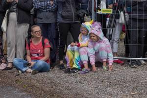 Zuschauer und Kinder im Einhorn-Kostüm-Onesie beobachten die Ironman-Teilnehmer beim Schwimmwettkampf in Lahti, Finnland
