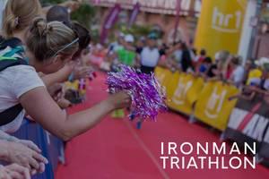 Zuschauer und Sportenthusiasten feuern die Ironman Triathlon Teilnehmer auf der Marathonstrecke an