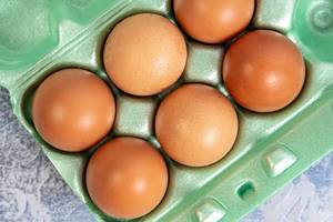Zutaten, Aufnahme von oben: sechs Eier in dem Karton