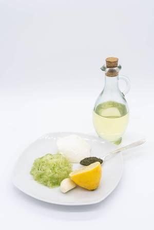 Zutaten für Tsatsiki Soße: geriebene Gurke, Zitronensaft, Öl, Sauerrahm und Dill