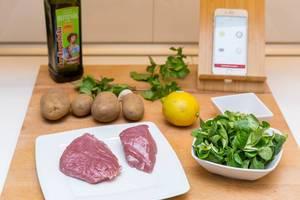 Zutaten: Schweinefilet, Feldsalat, Kartoffeln, Olivenöl, Gewürzmischung,  Zitrone und Kräuter und ein Smartphone