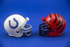 Zwei American Football Helme in weiß und rot auf blauem Hintergrund