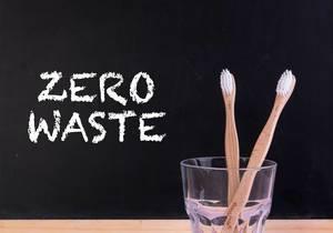 """Zwei Bambuszahnbürsten im Zahnputzbecher, neben dem Text """"Zero Waste"""""""
