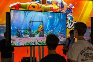 Zwei Besucher der Gamescom 2018 spielen ein Prügelspiel
