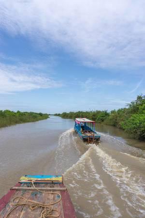Zwei Boote fahren auf einem Fluss der zum Tonle Sap See in Siem Reap