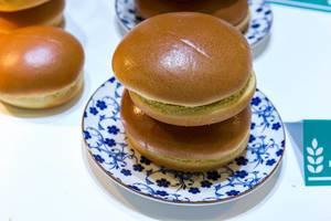 Zwei Brioche Burger Buns ohne Sesam-Körnchen auf einem Teller