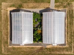 Zwei Gewächshäuser aus der Vogelperspektive. Luftbildaufnahme