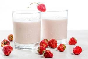 Zwei Gläser mit Joghurt und frischen Erdbeeren