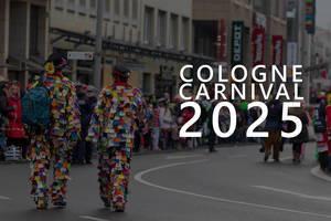 "Zwei Karnevalsbesucher in bunten Clownkostümen beim Rosenmontagszug, neben dem Bildtitel ""Cologne Carnival 20205"" - Kölner Karneval 2025"""