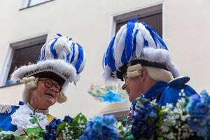 Zwei lächelnde Mitglieder der Blauen Funken im traditionellen blau-weißen Kostüm während des Rosenmontagsumzugs 2020 in Köln