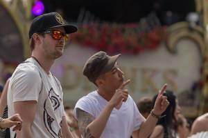 Zwei Männer in Baseballmützen genießen Tomorrowland am ersten Tag des Festivals