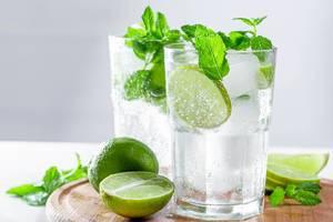 Zwei Mojito als alkoholische Drinks, mit Limettenscheiben und Minzblättern