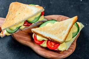 Zwei Sandwiche mit Schinkenkäsetomatensalat und geröstetem Brot Draufsicht