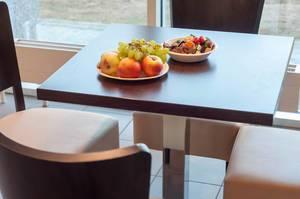 Zwei Schüsseln mit Obs und Süßigkeiten auf einem Tisch
