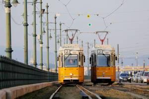 Zwei Trams mit Lokführer in Budapest, Ungarn