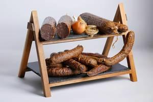 Zwiebel, Salami und andere Wurst auf einer zweistöckigen Servierplatte angerichtet